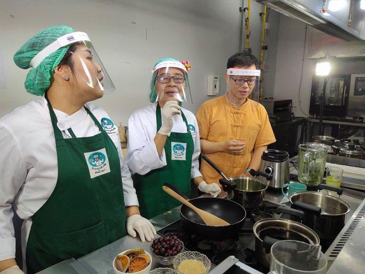 """บรรยากาศเบื้องหลังการเตรียมการถ่ายทอดสด """"คอร์สสอนทำอาหารออนไลน์"""""""